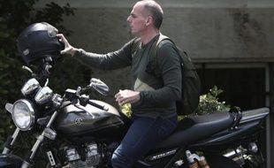 Le ministre grec des Finances Yanis Varoufakis arrive à une réunion de cabinet, le 10 mai 2015 à Athènes