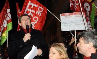 Le candidat Front de gauche à l'Elysée, Jean-Luc Mélenchon, a invité mercredi la gauche du PS à voter pour lui après avoir critiqué les mesures de leur candidat François Hollande sur l'éducation.