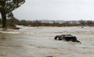 Une voiture engloutie par les inondations, à Biguglia en Corse, le 17 mars 2015