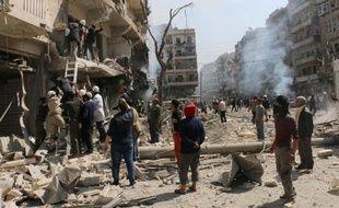 Des civils sont évacués après des raids aériens de l'armée syrienne le 4 avril 2014 à Alep