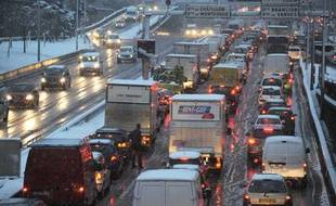 Le périphérique parisien bloqué par la neige le 8 décembre 2010.