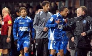 Le joueur auxerrois Kamel Chafni (en bleu à droite), après l'incident qui l'a opposé à l'arbitre assistant du match Brest - Auxerre, le 17 décembre 2011.