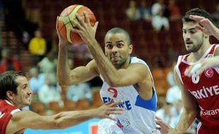 Le basketteur français Tony Parker (au centre), lors du match de classement de l'Euro, France - Turquie, le 19 septembre 2009 à Katowice, en Pologne.