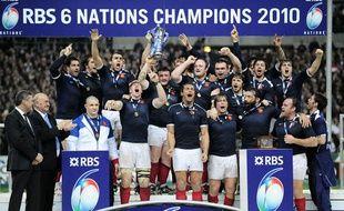 Le XV de France soulève le trophée des Six nation après avoir réalisé son 9e Grand Chelem de son histoire, le 20 mars 2010 au stade de France à Paris.