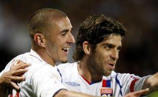 Les deux joueurs de l'Olympique Lyonnais, Karim benzema (à gauche) et Juninho, célébrant un but inscrit face à Toulouse, le 10 août 2008.