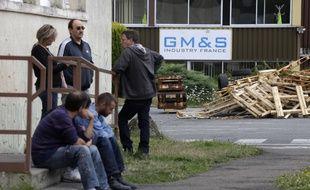 Des salariés devant l'usine GM & S