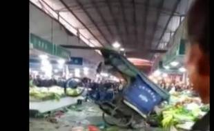 Capture écran vidéo non datée Newsflare d'un tuktuk devenu fou.