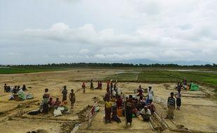 Des réfugiés venus de Birmanie, membres de la communauté musulmane Rohingya, ont construit des abris dans la ville frontalière de Teknaf, au Bangladesh