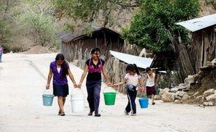 Les maîtres ne viennent à l'école que deux fois par semaine dans la modeste école d'Acatempa, un village rural de montagne où les enfants vont nu-pieds et où des ânes broutent derrière la cour de récréation.