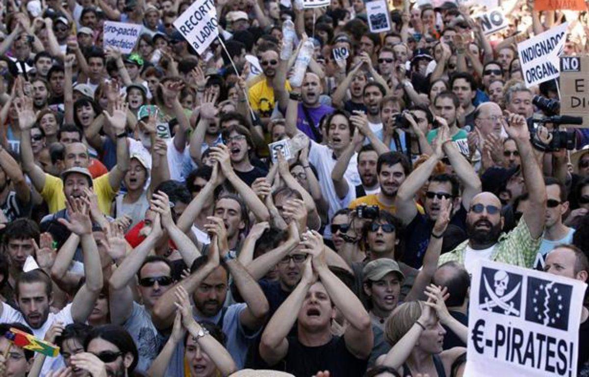 Des milliers d'«Indignés» défilent dans les rues de Madrid, la capitale espagnole, le 19 juin 2011. – REUTERS/Andrea Comas