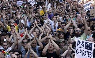 Des milliers d'«Indignés» défilent dans les rues de Madrid, la capitale espagnole, le 19 juin 2011.