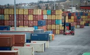 Des conteneurs dans un port. (illustration)