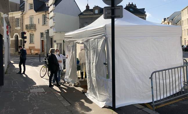 Une pharmacie nantaise a dressé une tente pour réaliser les tests antigéniques.