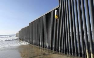 Un Hondurien âgé de 16 ans essaie de franchir la frontière entre le Mexique et les Etats-Unis à Tijuana.