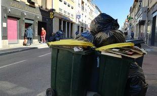 Les éboueurs de la métropole de Lyon sont en grève depuis le 19 mars. Conséquence, les poubelles débordent comme ici dans le centre de Saint-Genis-Laval.