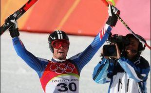 Antoine Dénériaz a fait retentir la Marseillaise pour la première fois aux Jeux de Turin en entrant dimanche au palmarès de la descente olympique, exploit que n'a pu réussir son compatriote fondeur Vincent Vittoz dans une poursuite dont il est pourtant champion du monde.