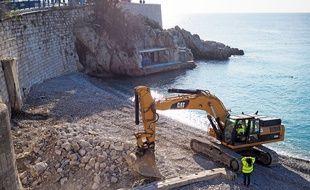 Une pelleteuse a commencé à détruire les installations de la plage des bains de la police