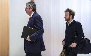 Paris, le 23 mai 2019. Patrick Balkany et son avocat, Antoine Vey, arrivent au tribunal de Paris où le maire de Levallois est jugé pour «fraude fiscale».