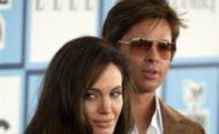 """L'actrice américaine Angelina Jolie attend un deuxième enfant de son compagnon Brad Pitt, ce qui portera à cinq le nombre d'héritiers des deux surperstars, a annoncé dimanche le magazine People, citant """"une source proche du couple""""."""