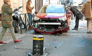 Voiture accidentée contre l'une des bornes du centre-ville de Bordeaux, le 7 novembre 2012