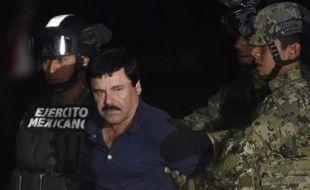 """Le narcotrafiquant Joaquin """"El Chapo"""" Guzman emmené à l'aéroport de Mexico  le 8 janvier 2016 après son arrestation à Los Mochis"""