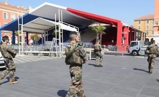 Des soldats français patrouillent sur la Place Massena le 12 juillet 2017, un an après l'attentat islamiste au camion qui a touché la promenade des Anglais. (image d'illustration)