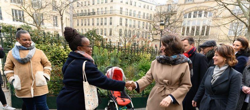 Agnès Buzyn en campagne dans les rues de Paris, jeudi 20 février.
