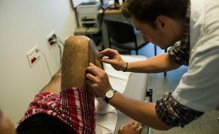 Un médecin prend en charge un patient le 19 juillet 2013 à Argenteuil (Val d'Oise).