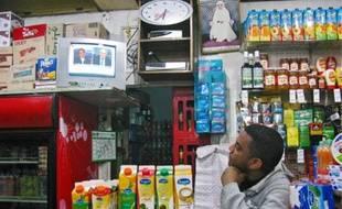 A Rabat (en haut) ou à Casablanca, la crise égyptienne fait la une des médias.