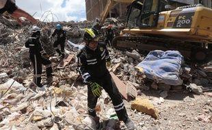 Les secours équatoriens tentent de trouver des survivants du séisme du 17 avril 2016