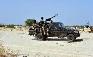 Des soldats du Niger patrouillent dans le nord du Nigeria voisin, le 25 mai 2015