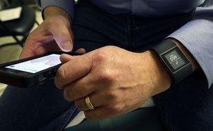 Aux Etats-Unis, les objets connectés, ici un bracelet Fitbit, sont utilisés à des fins cliniques.