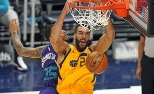 Le Français Rudy Gobert claque un dunk avec Utah face aux Charlotte Hornets, le 22 février 2021.