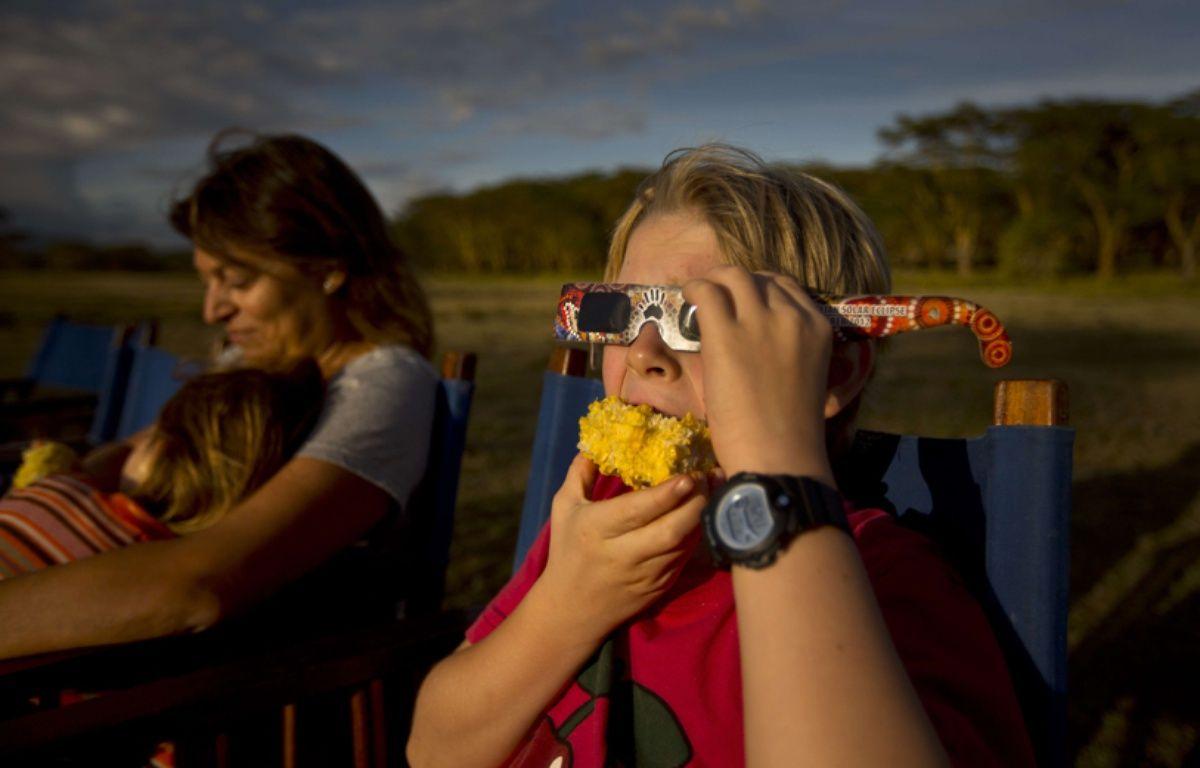 Un enfant porte des lunettes spécialisées pour regarder une éclipse solaire partielle, au Kenya, en novembre 2013. –  Ben Curtis/AP/SIPA