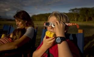 Un enfant porte des lunettes spécialisées pour regarder une éclipse solaire partielle, au Kenya, en novembre 2013.