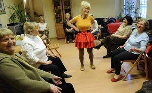 Comme chaque lundi dans le local des petits frères des Pauvres de Poznan, une douzaine de personnes âgées s'astreignent à des exercices de gymnastique, avec leur coach, Ludwika Kochman, elle aussi une senior.