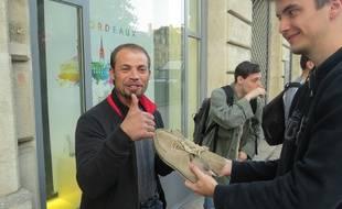Serban, SDF roumain, est le premier à profiter des dons des Robins de la rue.