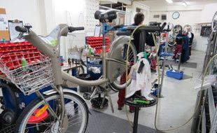 Les salariés de l'atelier de réparation de vélib du 12e arrondissement de Paris, accueillent régulièrement des mineurs en stage de réparation pénale pendant les vacances scolaires.