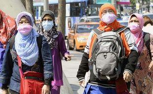 Des touristes se protègent en se balladant à Seoul alors que l'épidémie du coronavirus Mers se propage.