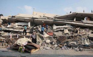 Des Palestiniens au milieu des décombres, à Gaza, le 22 juillet 2014.