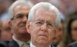 """Avec la démission de Mario Monti, la campagne pour les législatives de février est officiellement ouverte, mais le suspense durera jusqu'à dimanche quant à une éventuelle candidature du """"Professeur"""", poussé par ses partenaires européens, les milieux d'affaires et l'Eglise de se lancer dans cette bataille politique."""