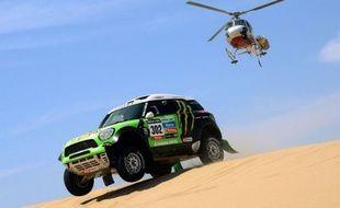 Le Français Stephane Peterhansel (Mini) a remporté dans la catégorie auto la 2e étape du Dakar-2013, courue dimanche autour de Pisco et longue de 327 km dont une spéciale chronométrée de 242 km, prenant du même coup la tête du classement général.