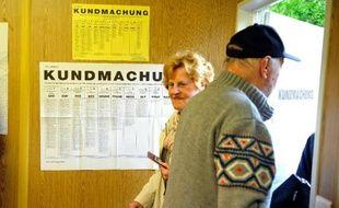 Une femme se prépare à voter à Vienne pour les législatives, le 29 septembre 2013