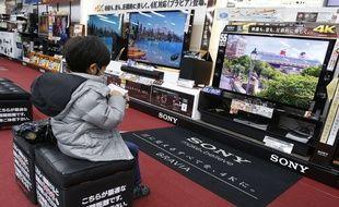 Un enfant assis devant un téléviseur de format 4k, à Tokyo, le 4 février 2014.