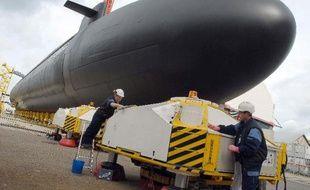 De l'amiante a été trouvée sur des câbles du site de DCNS (construction navale militaire) à Cherbourg (Manche) où travaillent plus de 3.000 personnes, a-t-on appris vendredi auprès de la direction et de source syndicale