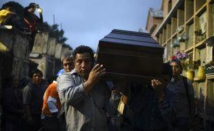 Des proches portent le cercueil d'une des victimes du glissement de terrain meurtrier qui a ravagé  Santa Catarina Pinula, près de Guatemala, le 5 octobre 2015