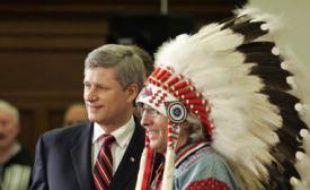 Le Premier ministre canadien, Stephen, Harper presente au chef de l'Assemblée des nations premières, Phil Fontaine, une déclaration d'excuses.
