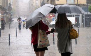 Illustration de femmes marchant sous la pluie à Rennes.