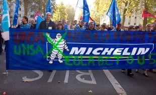 Les syndicats SUD, CFDT et CGC ont signé mercredi un plan social prévoyant la suppression de 706 emplois sur le site Michelin de Joué-les-Tours (Indre-et-Loire), lors d'un comité central d'entreprise sur place, a-t-on appris auprès de ces syndicats.