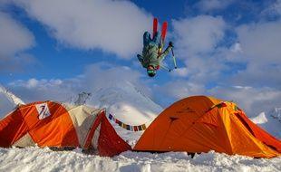 Maxime Buffet s'envole au-dessus du campement installé à 5.300 mètres.